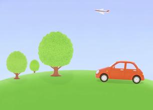 丘の樹木と赤い車の写真素材 [FYI04808912]