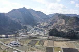 採掘場の前の川と橋 岐阜県 ドローン空撮の写真素材 [FYI04809025]