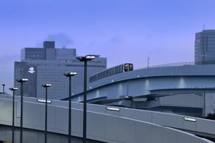 豊洲市場を目指す新交通システム「ゆりかもめ」と街灯がついた豊洲周辺の光景の写真素材 [FYI04809064]