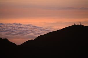 由布岳山頂からの朝焼けの写真素材 [FYI04809086]