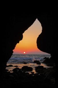 行者洞窟の夕焼けの写真素材 [FYI04809106]