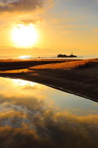 奈多海岸の朝焼けの写真素材 [FYI04809135]