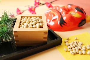節分用の豆とお面の写真素材 [FYI04809255]