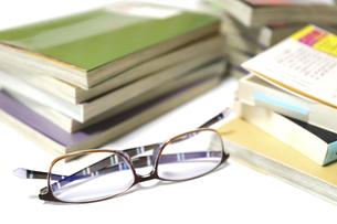 読書用の本と眼鏡の写真素材 [FYI04809291]