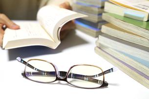読書用の本と眼鏡の写真素材 [FYI04809292]