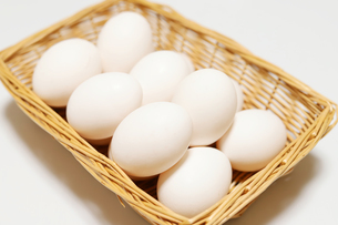 カゴに入った卵の写真素材 [FYI04809297]