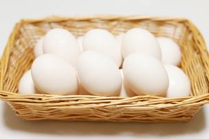 カゴに入った卵の写真素材 [FYI04809298]