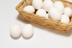 カゴに入った卵の写真素材 [FYI04809299]