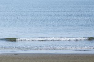砂浜に寄せる波にフォーカスした背景素材用写真の写真素材 [FYI04809335]