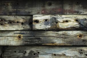 材木を積み上げた壁の背景素材用クローズアップ写真の写真素材 [FYI04809337]
