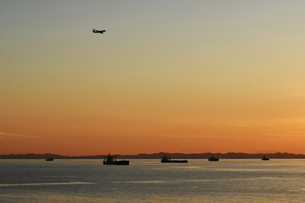 東京湾の夕日の写真素材 [FYI04809360]