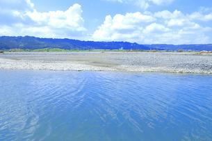夏の渇水期の大井川の支流の写真素材 [FYI04809763]
