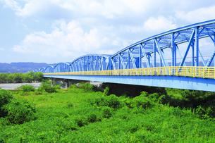 夏の渇水期の大井川橋と大井川の写真素材 [FYI04809769]