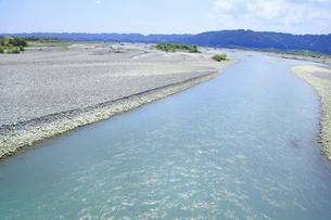 夏の渇水期の大井川の写真素材 [FYI04809774]