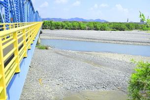 夏の渇水期の大井川橋と大井川の写真素材 [FYI04809775]