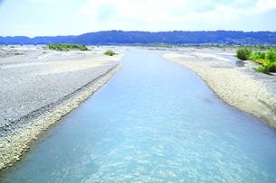 夏の渇水期の大井川の写真素材 [FYI04809777]