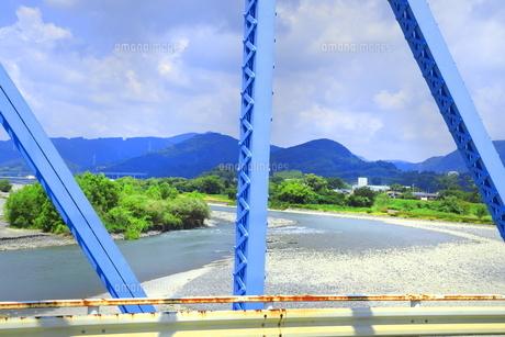 夏の渇水期の大井川橋と大井川の写真素材 [FYI04809778]