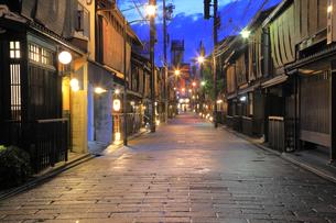夏の祗園の新橋の夕景の写真素材 [FYI04809788]