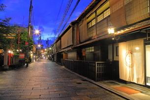 夏の祗園の新橋の夕景の写真素材 [FYI04809789]