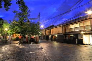 夏の祗園の新橋の夕景の写真素材 [FYI04809790]