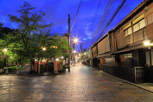 夏の祗園の新橋の夕景の写真素材 [FYI04809791]