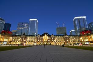 東京駅の夜景の写真素材 [FYI04810010]
