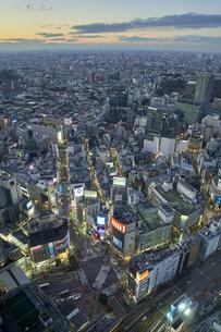 夕方の渋谷の街並みの写真素材 [FYI04810022]