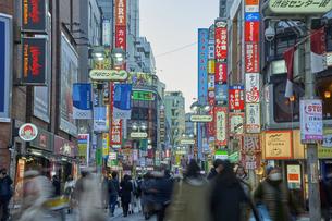 夕暮れの渋谷センター街の写真素材 [FYI04810034]