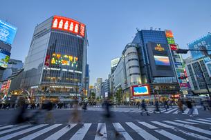 渋谷スクランブル交差点の夕景の写真素材 [FYI04810035]