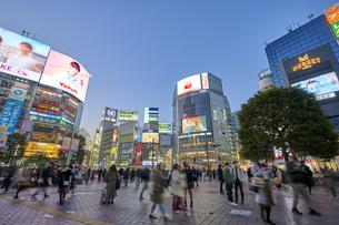 夕暮れの渋谷駅前の写真素材 [FYI04810036]