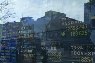 株価を表示する電光掲示板の写真素材 [FYI04810039]
