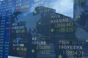株価を表示する電光掲示板の写真素材 [FYI04810041]