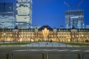 東京駅の夕景の写真素材 [FYI04810046]