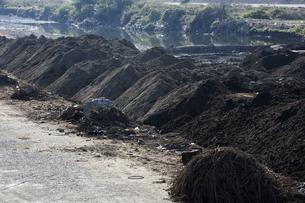 河川の浚渫工事の土砂の写真素材 [FYI04810087]