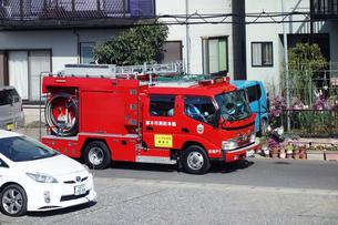 出動する消防車の写真素材 [FYI04810105]