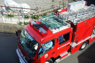 出動する消防車の写真素材 [FYI04810110]