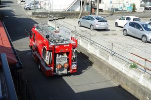 出動する消防車の写真素材 [FYI04810111]