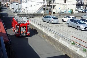 出動する消防車の写真素材 [FYI04810112]