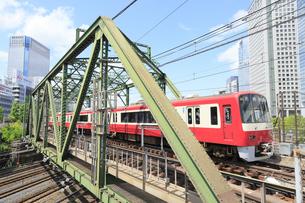京急八ツ山橋鉄橋とJRの写真素材 [FYI04810206]