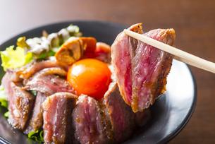 高級国産牛ステーキ丼の写真素材 [FYI04810221]
