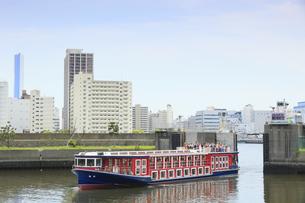 浜離宮庭園の築地川水門と水上バスの写真素材 [FYI04810343]