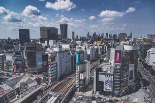 渋谷の街並みと新宿のビル群の写真素材 [FYI04810354]