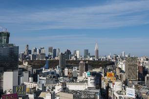 渋谷の街並みと新宿のビル群の写真素材 [FYI04810360]