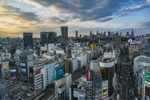 夕暮れの渋谷の街並みと新宿のビル群の写真素材 [FYI04810370]