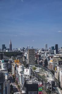 渋谷の街並みと新宿のビル群の写真素材 [FYI04810378]