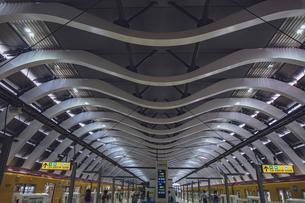 東京メトロ銀座線のプラットホームの屋根の写真素材 [FYI04810383]