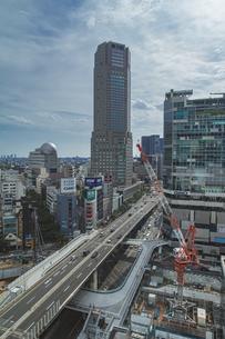 渋谷駅西口の商業ビル群と首都高速道路の写真素材 [FYI04810384]