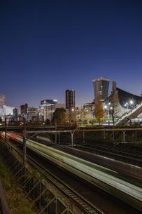 原宿駅付近の線路と渋谷方向の夜景の写真素材 [FYI04810385]