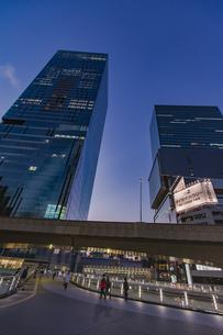渋谷駅東口より見上げる高層ビルの写真素材 [FYI04810386]