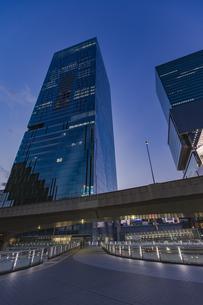 渋谷駅東口より見上げる高層ビルの写真素材 [FYI04810388]
